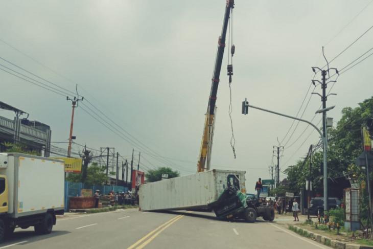 Truk kontainer terguling panjang tutupi jalan Serang-Tangerang km 21