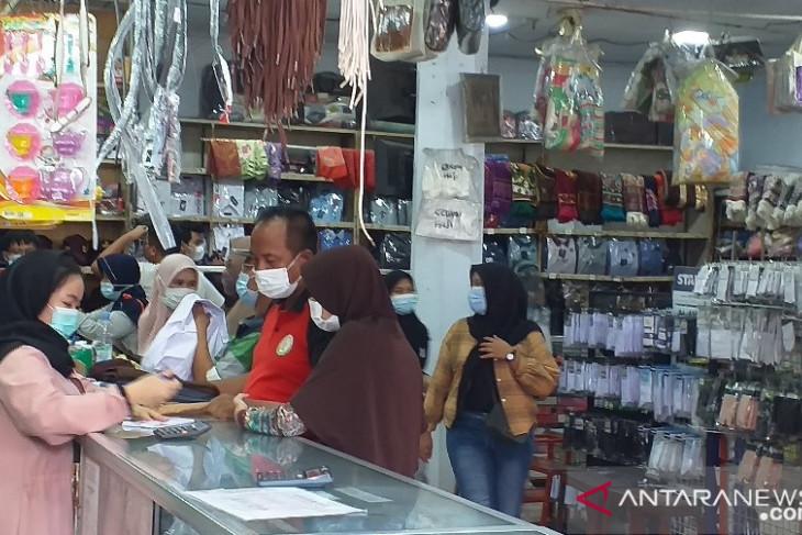 Toko seragam di Kota Serang raup untung dari PTM