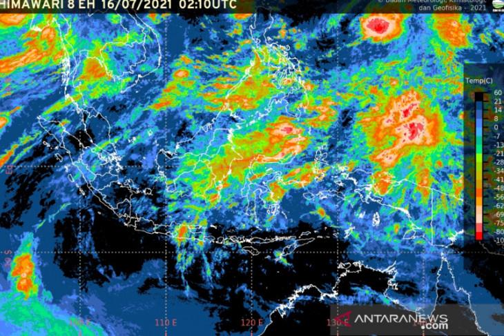 Waspadai hujan disertai petir dan angin kencang di sejumlah daerah