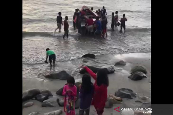 Dihantam ombak, kapal nelayan Bengkulu karam