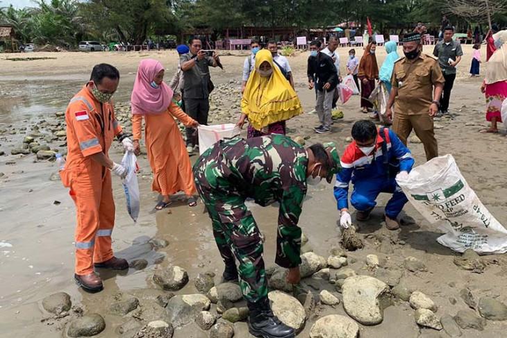 Pertamina bersihkan pantai Aceh Timur