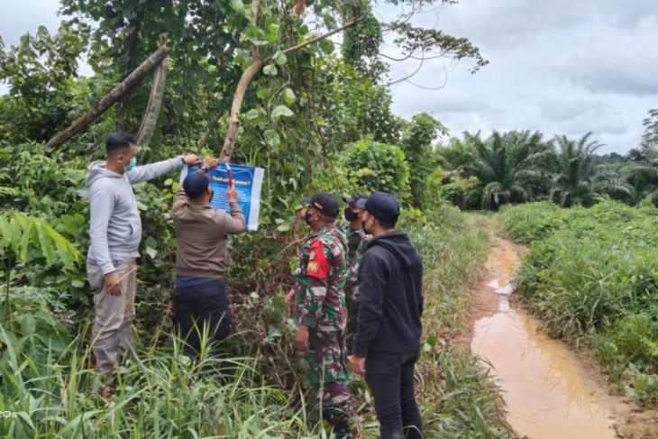 Satgas Pamtas pasang spanduk larangan keluar-masuk perbatasan Indonesia-Malaysia