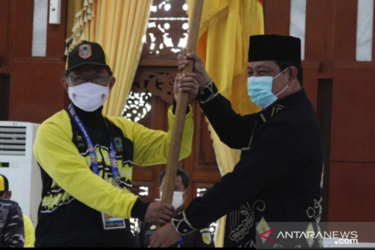 Governor flags off 111 South Kalimantan athletes to Papua PON