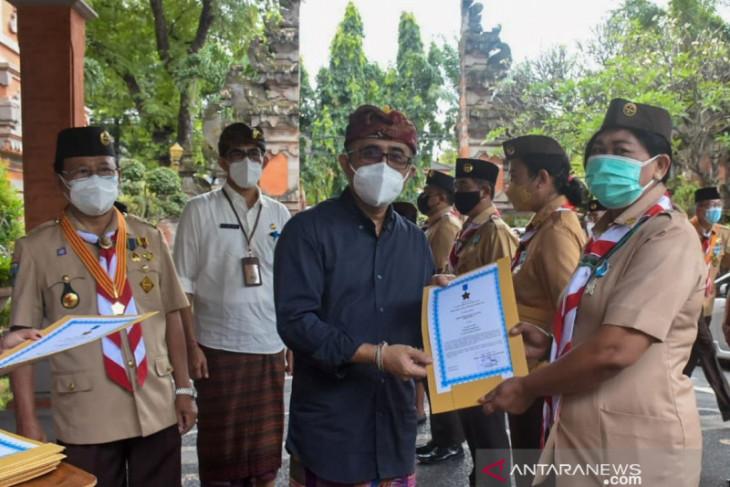 Wali Kota Denpasar serahkan Lencana Panca Warsa Pramuka