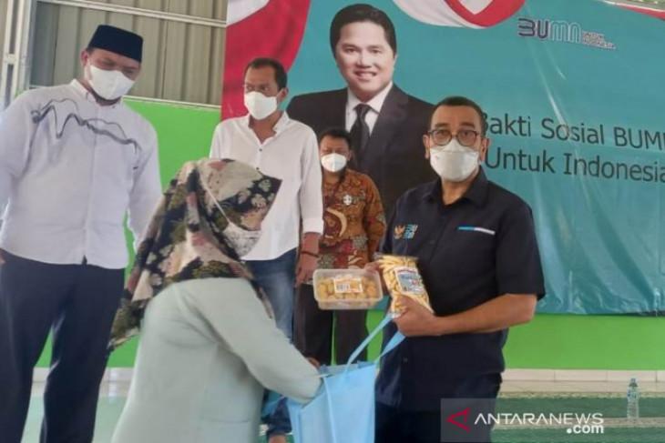 Kementerian BUMN serahkan bansos sembako ke warga Pangkalpinang