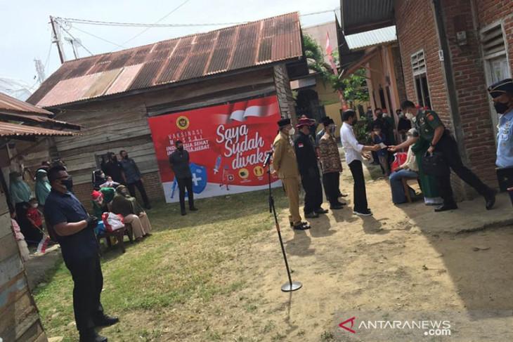 Presiden tiba di Aceh Besar, tinjau vaksinasi dari pintu ke pintu
