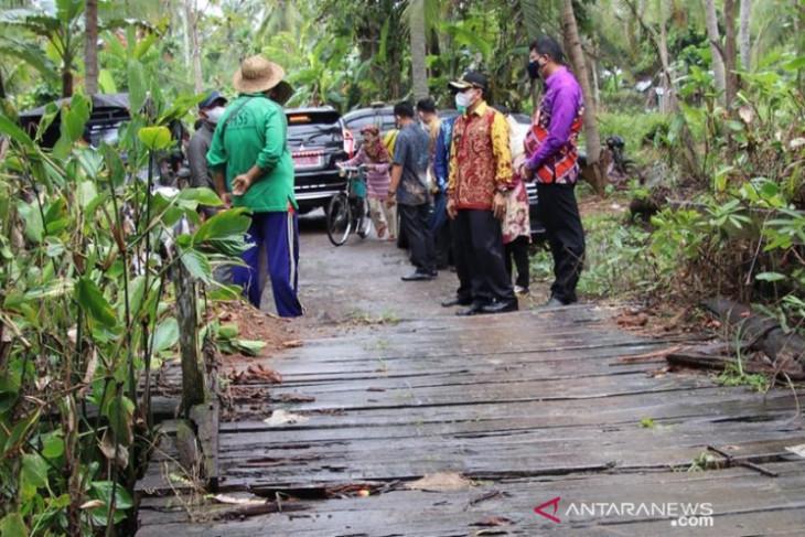 Wabup HSS tindaklanjuti laporan warga atas kondisi jembatan dan jalan
