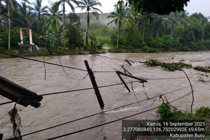 Ratusan warga mengungsi akibat bencana banjir di Pulau Buru waspadai peringatan BMKG