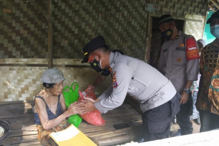 Polisi beri bantuan pada nenek yang tinggal di rumah tak layak
