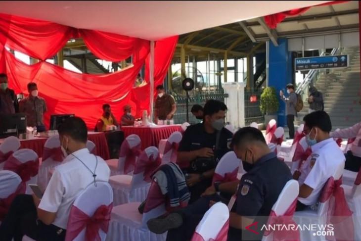 Vaksinasi COVID-19 massal sasar penumpang kereta api di Stasiun Kranji Bekasi