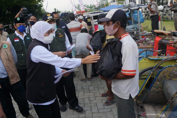 Gubernur Jatim Bagikan Sembako di Tulungagung