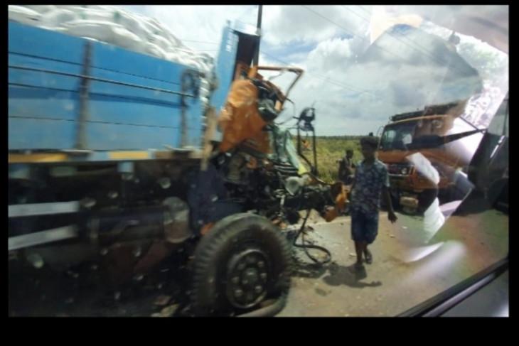Mobil tangki kontra truk tronton ,satu supir tewas