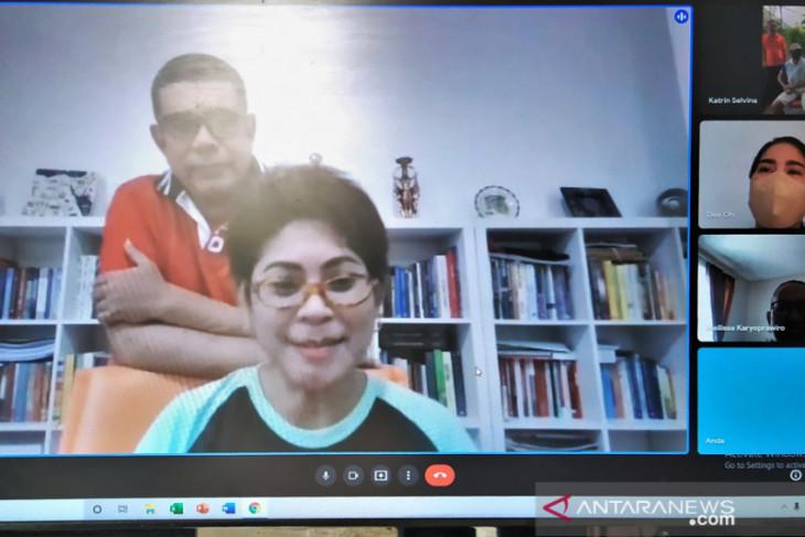 Anggota DPR RI bagi helm ramah lingkungan untuk pengojek di Ambon begini penjelasannya