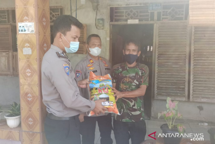 Polres Bangka Barat bagikan paket bantuan sembako sambil ajak vaksin