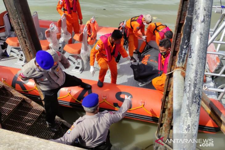 Seorang korban amukan penumpang kapal barang ditemukan meninggal mengambang di laut
