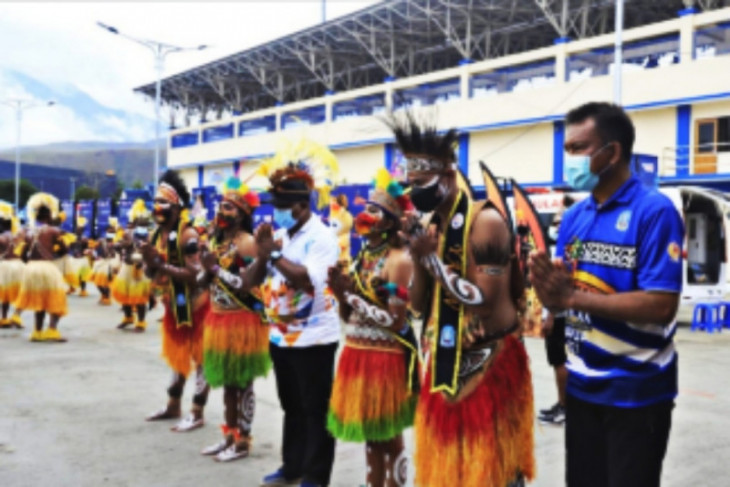 Tujuh kontingen PON mendarat di Papua, panitia melakukan penyambutan secara adat