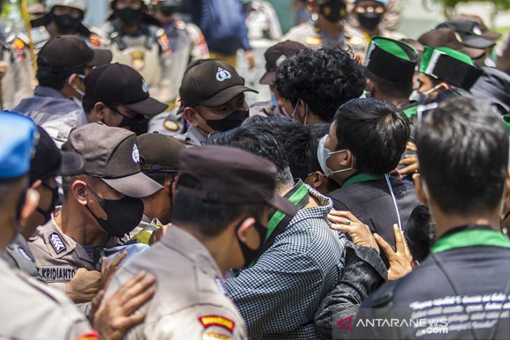 Aksi Unjuk Rasa Di Jalan Lambung Mangkurat