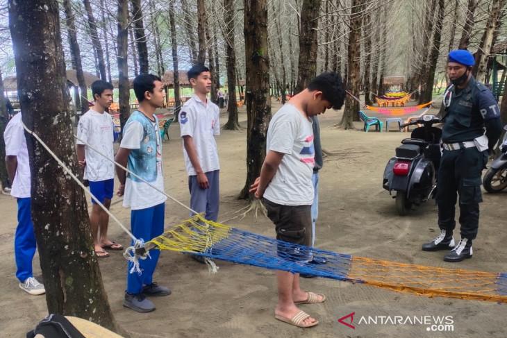 Sembilan siswa SMA di Aceh Barat ditangkap saat main chip dominodi pinggir pantai