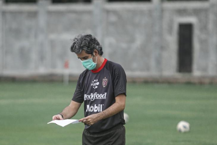 Pelatih Bali United Teco sebut peluang rotasi pemain belakang lawan Persita
