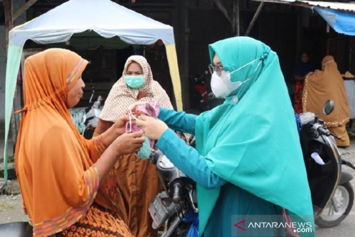 Cegah COVID-19, Ketua PKK Aceh Barat bagikan masker untuk masyarakat