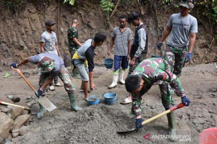 Satgas TMMD dan warga pacu bangun jalan rabat beton di Bone Bolango