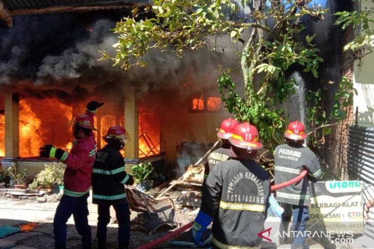 Kebakaran landa enam rumah warga di Padang