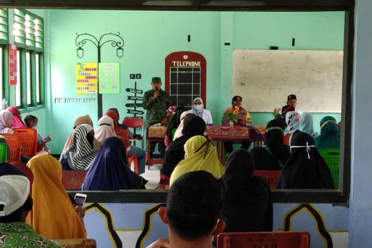 TNI-Polri sosialisasi vaksinasi ke orang tua siswa di Halmahera Utara lawan Corona