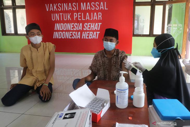 Vaksinasi COVID-19 di Pondok Pesantren