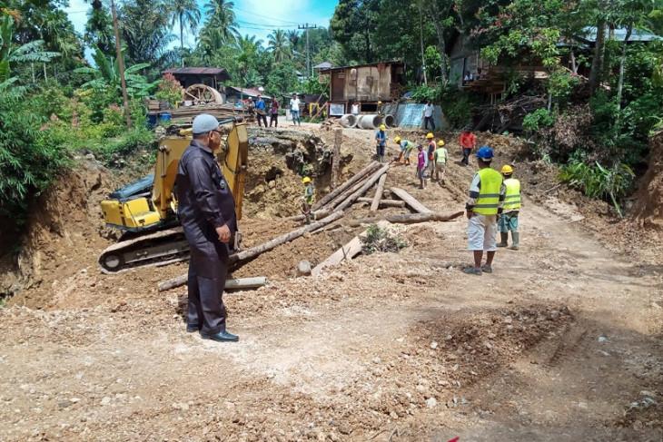 Jembatan alternatif yang ambruk di Jalinsum Sosopan sudah bisa dilalui