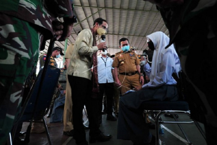 Menteri Nadiem tinjau vaksinasi Covid-19 di Jambi
