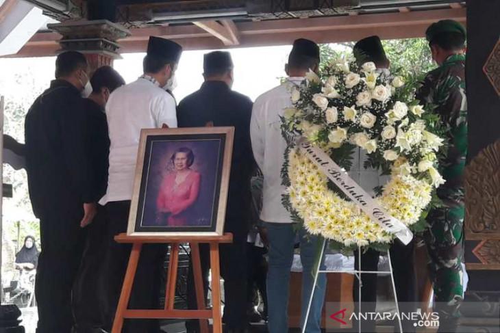 Mertua SBY dikebumikan di samping makam Sarwo Edhie Wibowo