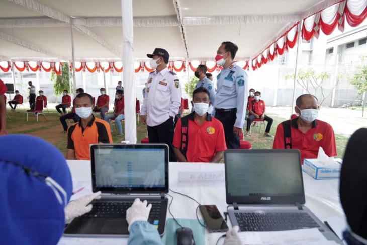 Ratusan warga binaan Lapas Pemuda Madiun jalani vaksinasi