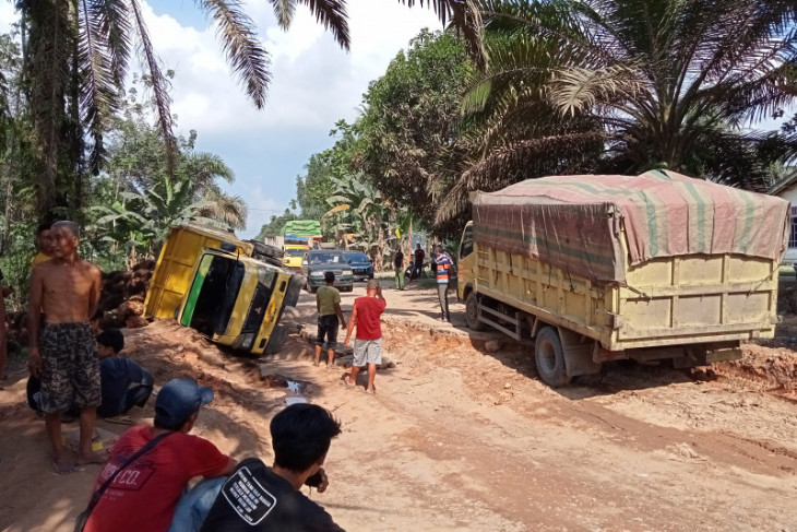 Jalan rusak parah, truk bermuatan sawit terguling di Tanjung Pauh Mestong