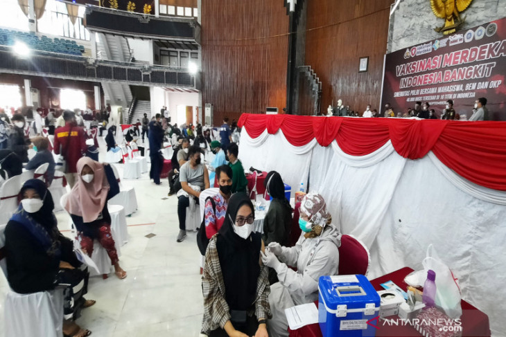 Sinergitas Polda Kalsel dan BEM vaksinasi 3 ribu warga Banjarmasin