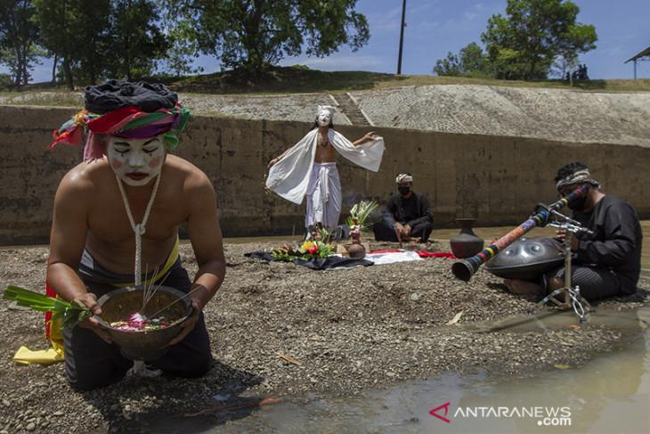 Tradisi ruwatan sungai Cilamaya di Karawang