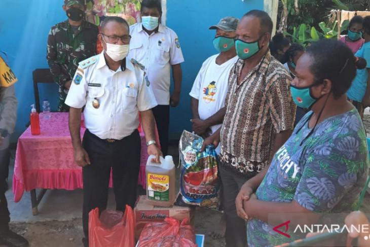 Pemkab Teluk Wondama salurkan bantuan bagi warga terdampak banjir