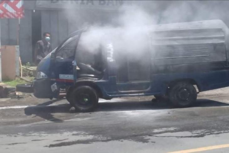 Angkot terbakar, tiga penumpang mengalami luka bakar