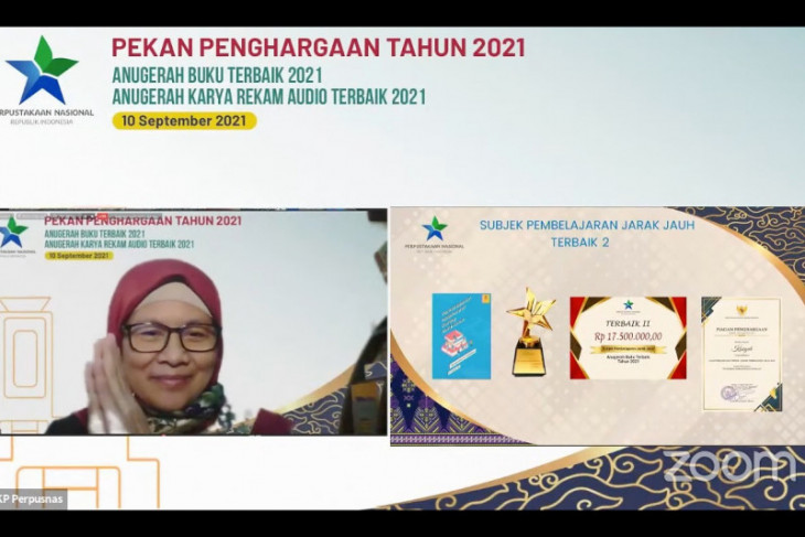 Dosen Fakultas Ilmu Komputer UI Dr. Kasiyah mendapat penghargaan dari Perpusnas