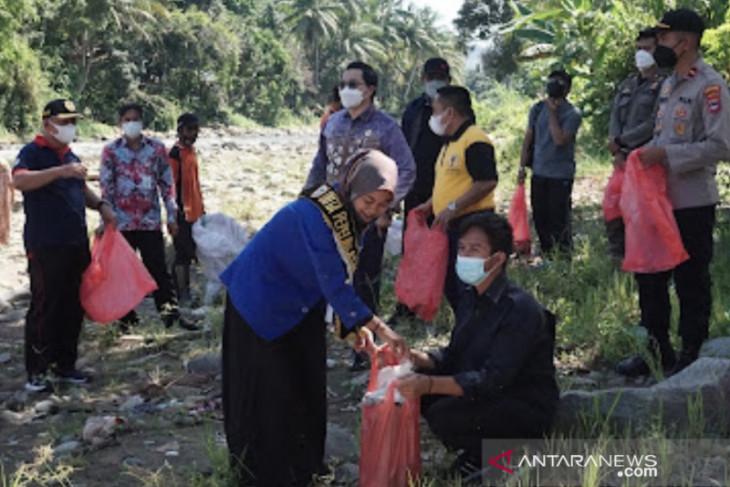 Peringati Word Cleanup Day, Pemkab HST dan mahasiswa bersih-bersih di Desa Alat