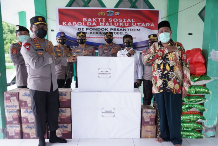 Kapolda Malut salurkan bantuan ke ponpes dan panti asuhan perangi COVID -19
