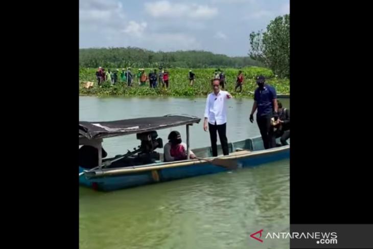Presiden naik perahu seberangi sungai demi menyapa warga di Tritih Kulon