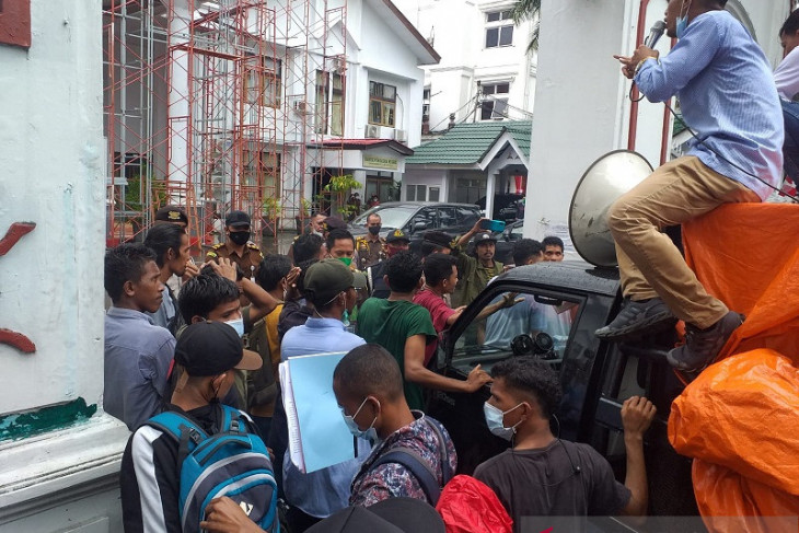 Demonstran desak Kejati Maluku ungkap kasus korupsi PT. Kalwedo Kejati jangan tebang pilih