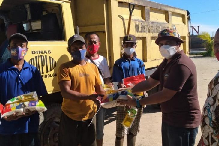 Group donasi solidaritas Linna Malau berbagi sembako kepada warga terdampak COVID-19