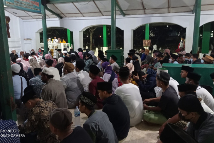 Peziarah memadati Makam Sultan Hasanuddin di Banten Lama