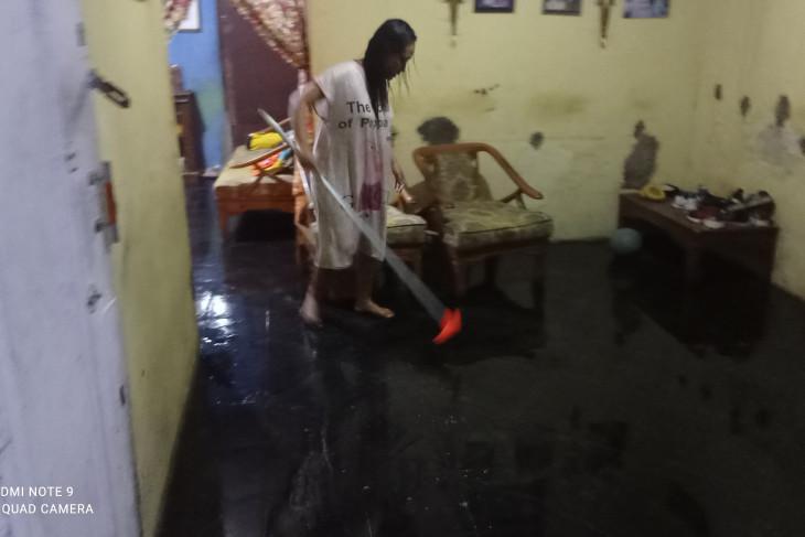 Warga Kabupaten Lebak bersihkan rumah akibat terendam banjir