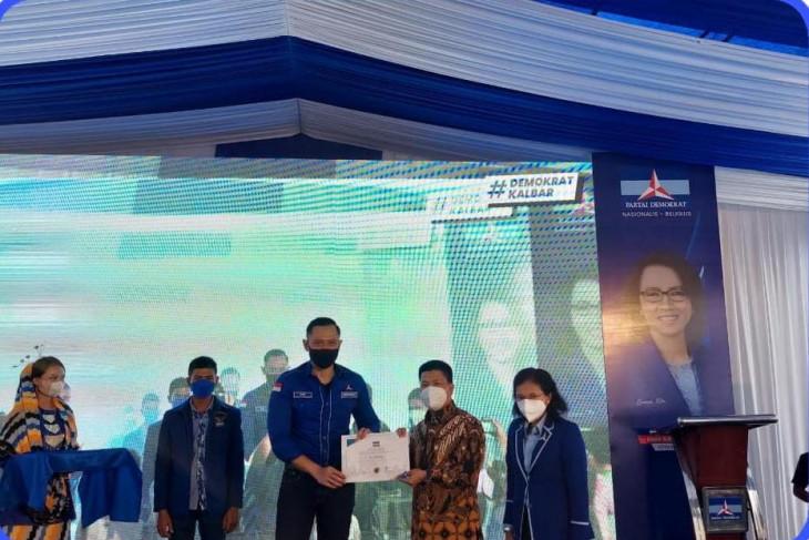 AHY beri penghargaan Bupati Sambas atas donasi pembangunan DPD Demokrat Kalbar