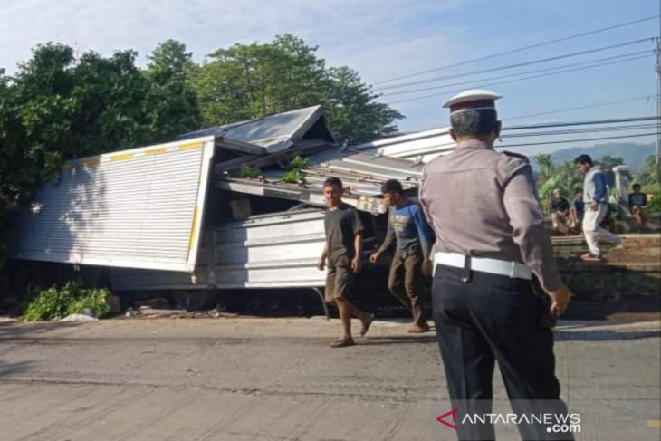 Truk air mineral tubruk truk boneka di Cianjur, seorang sopirnya tewas terjepit kabin