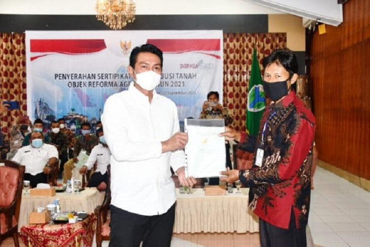 Kabupaten Batanghari menyerahkan 660 persil sertifikat redistribusi TORA