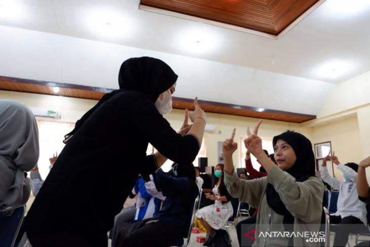 Sulit komunikasi selama pandemi tuna rungu di Jambi kenalkan bahasa isyarat ke masyarakat