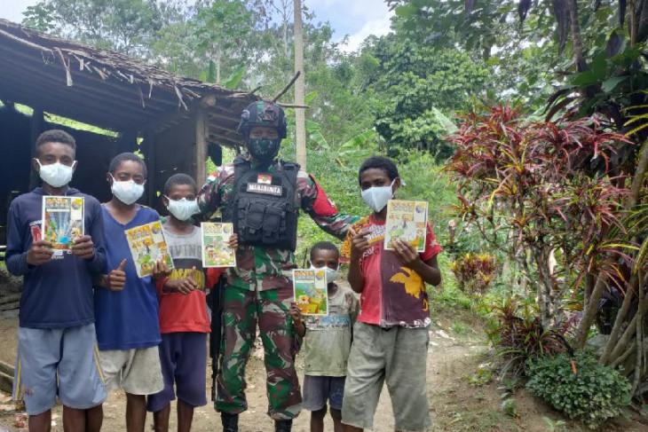 Prajurit TNI bagikan peralatan sekolah anak Papua di perbatasan